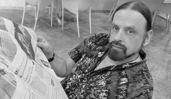Michel Montecrossa - reading the newspaper